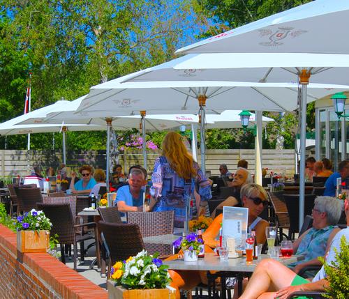 dineren op terras aan het Zuidlaardermeer